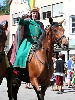 Karl-Heinz mit seinem Schützenpferd Zhakira als Ulrich von Uttental