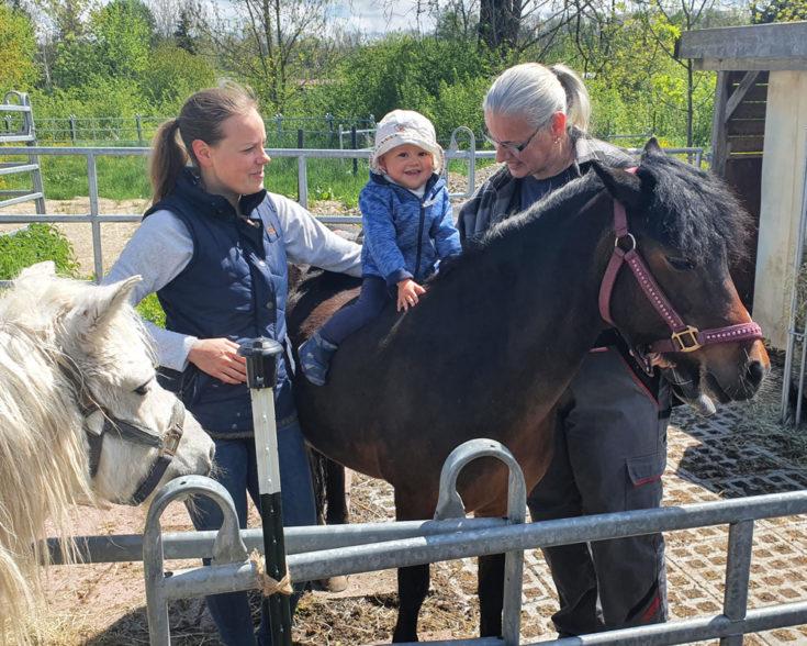 Maggie und ihre stolze zukünftige Reiterin