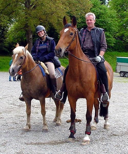 Karl-Heinz auf Laisa und Marion auf Bella reiten aus